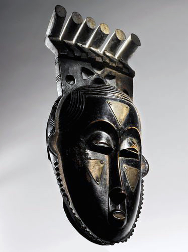Owie Kimou, Portrait Mask (Mblo) of Moya Yanso, Baule peoples (Côte d'Ivoire), early 20th century C.E., wood, brass, pigment, 36.2 cm high (private collection)
