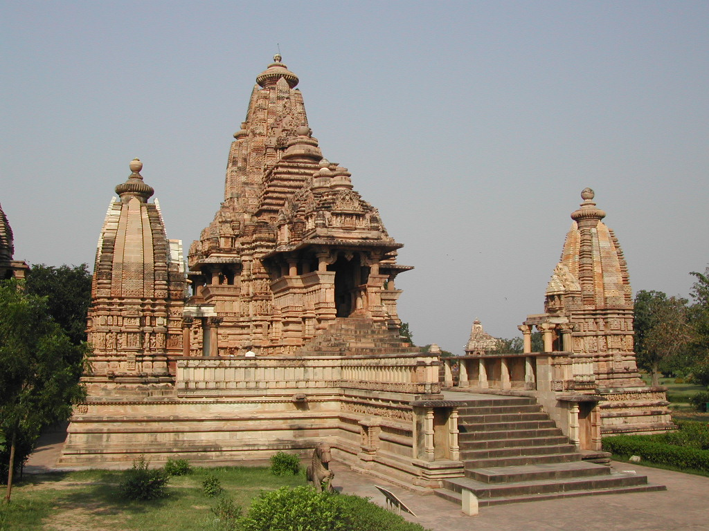 Lakshmana temple, Khajuraho, Chhatarpur District, Madhya Pradesh, India. 954 C.E. (Chandella period), sandstone. (photo: Christopher Voitus, CC BY-SA 3.0)