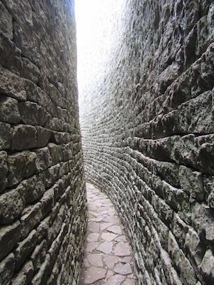 Between two walls, Great Enclosure, Great Zimbabwe (photo: Mandy, CC BY 2.0)