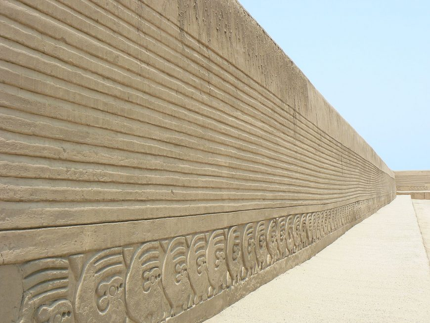 Wall of the main square of Chan Chan, capitol of the Chimú kingdom, Peru, 870-c. 1470 (photo: Kevstan, CC BY-SA 3.0)
