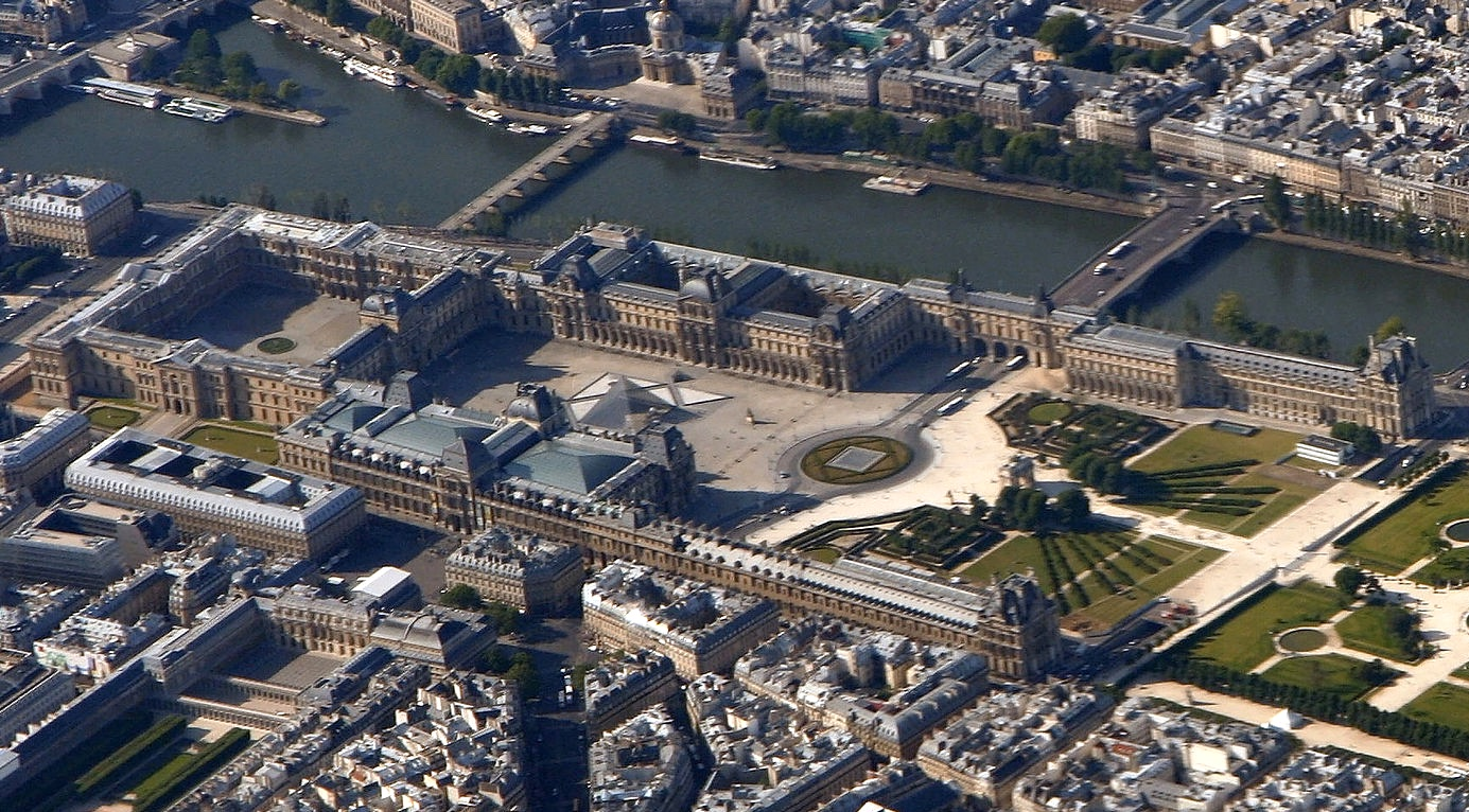 Aerial view of the Louvre Museum (2010), photo: Matthias Kabel (CC BY-SA 3.0)