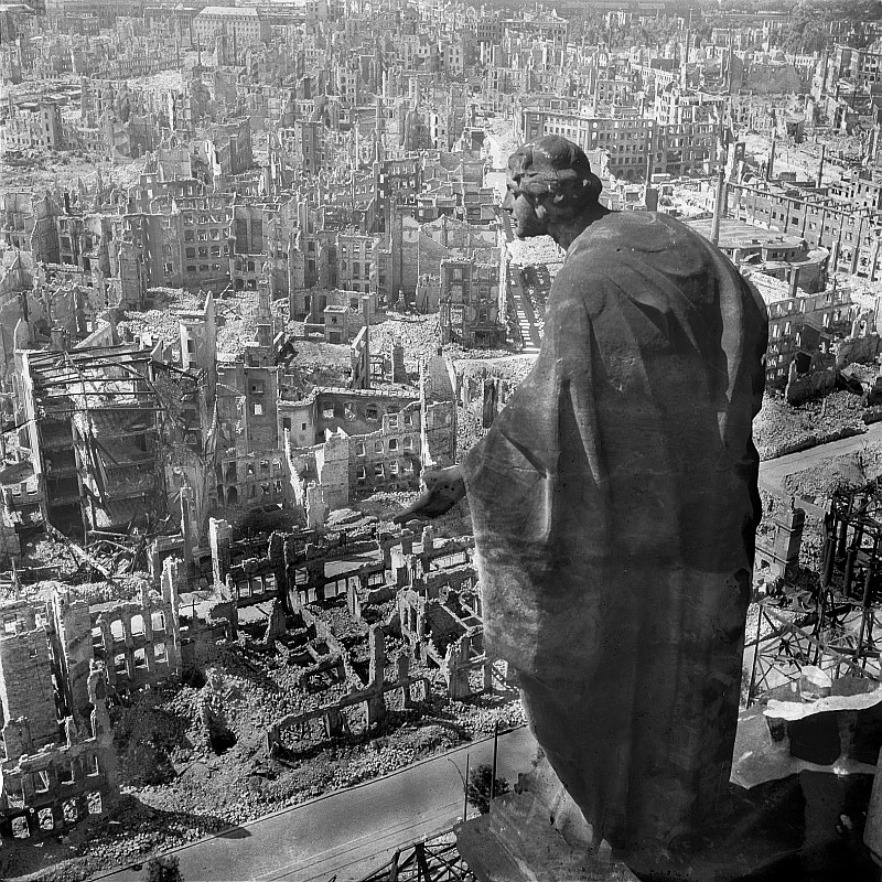 Walter Hahn, Dresden: view of the destroyed inner city from the town hall tower with sculpture, 1945 (CC BY-SA 3.0 DE)