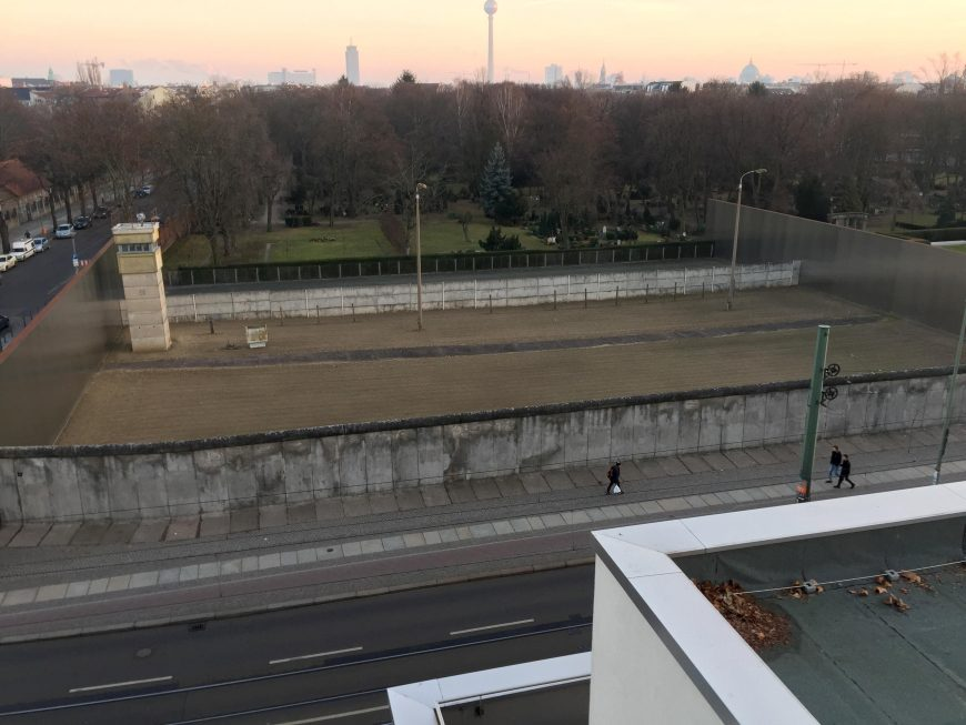 A preserved Berlin Wall border strip at the Berlin Wall Memorial on Bernauer Straße, Berlin, photographed from the viewing tower in the memorial documentation center (photo: Domaine public, CC0)