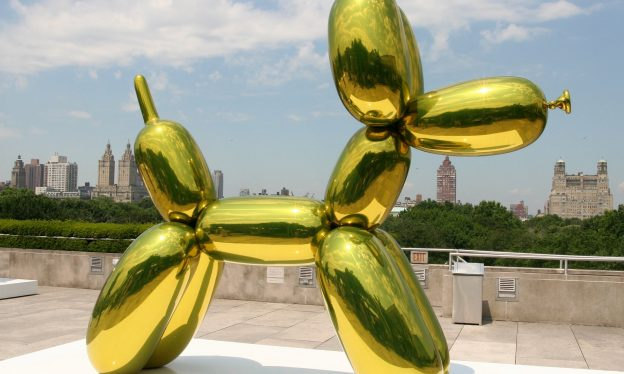 Jeff Koons, Balloon Dog: installation view with silver balloon, 1994-2001, transparent color coating, stainless steel, 320 x 380 x 120 cm (photo: Kim, © Jeff Koons)