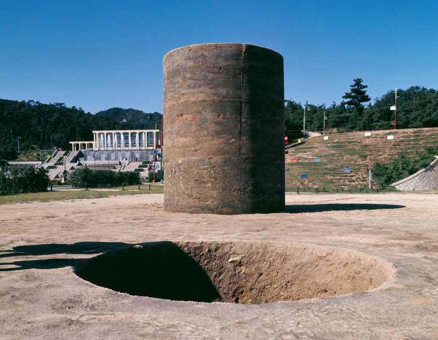 Sekine Nobuo, Phase: Mother Earth, 1968, earth and cement, 220 x 270 cm (equally sized hole and cylinder) (Kobe Suma Rikyū Park Contemporary Sculpture Exhibition, image: Murai Osamu, CC 4.0)