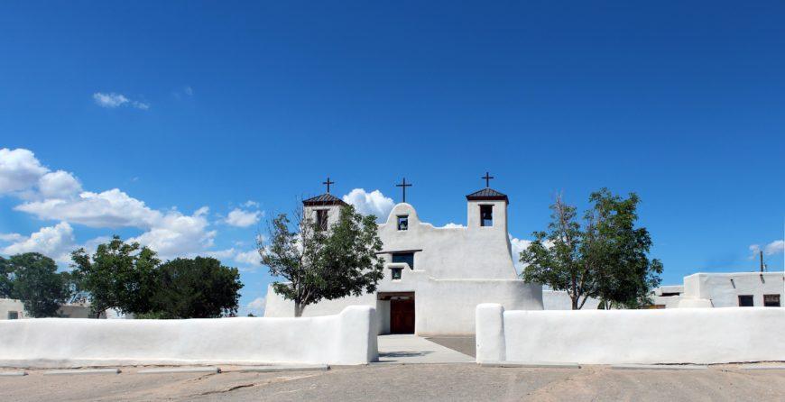 Mission San Agustín de la Isleta and houses, Isleta Pueblo (photo: MARELBU, CC BY 3.0)